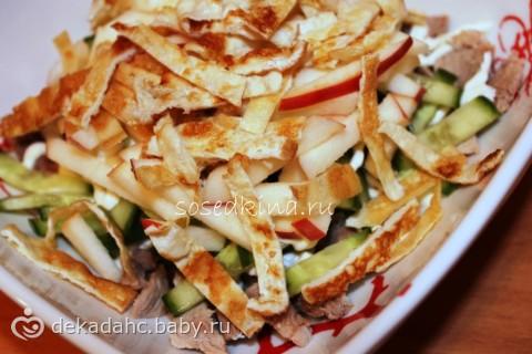 Салат с горошком и яичными блинчиками