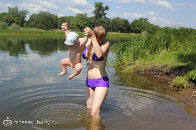 волосатоя мама купается на речке.