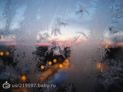 Мороз рисует на стекле замысловатые узоры)))
